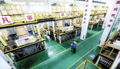 工程師正在博睿創富高純金屬材料車間監控數據。哈爾濱市委宣傳部/供圖
