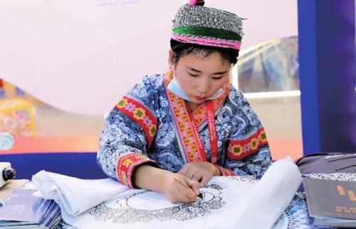 中國自主品牌博覽會貴州館里,參展藝人展示刺繡技藝。中國經濟導報記者鮑筱蘭/攝