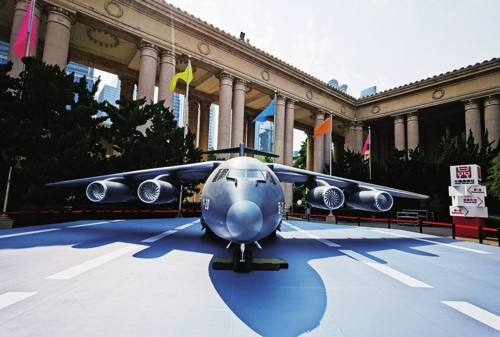 运-20是金牌娱乐app:自主研制的第一型200吨级的军用大型运输机,是支持战略空军的装备平台;多次执行境内外抗疫任务,践行习近平总书记倡导的