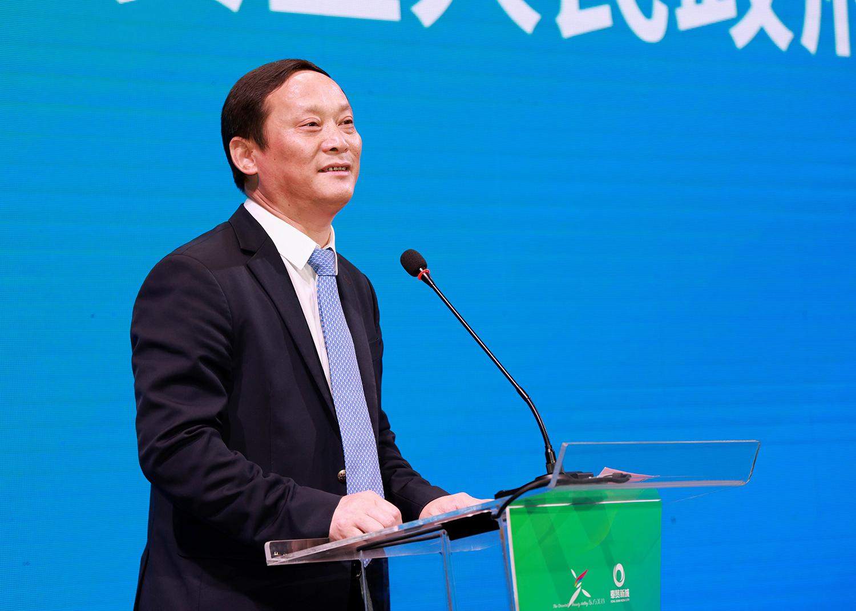 奉贤区副区长王建东正在主持会议。