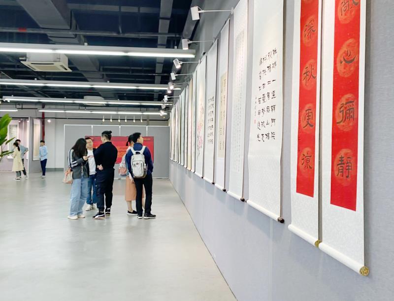 """5月23日上午,庆祝中国共产党成立100周年""""翰墨蕴情,丹青写意""""校友书法展于上海立信会计金融学院浦"""
