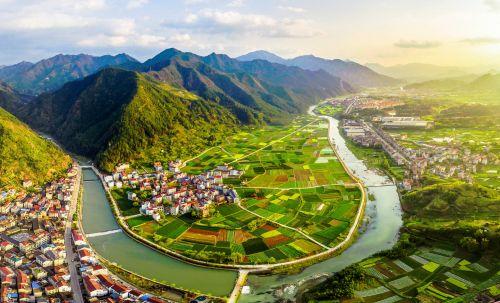 丽水生态优势明显。图为多彩的沿江风景,村景人相融。郦益敏 摄