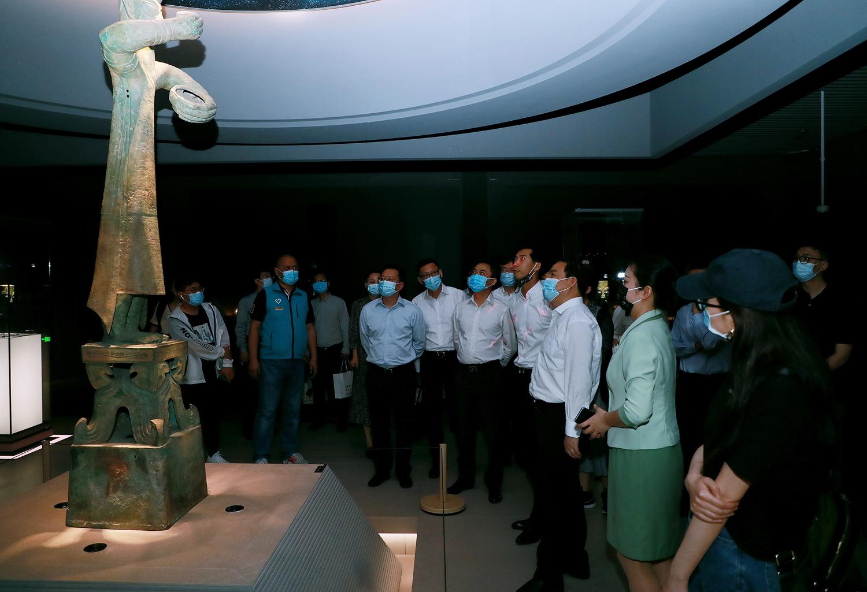 7、开幕仪式后,现场领导嘉宾共同步入展厅参观。