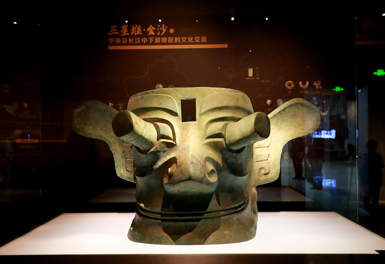 """8、铜纵目面具。耳朵像翅膀一样展开,眼睛往外凸出了16厘米,网友调侃它是最早的""""千里眼顺风耳""""形象。"""