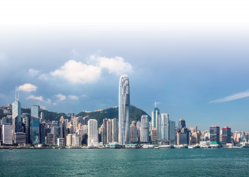 """""""国际金融中心综合发展项目""""坐落于中环商业核心区,前临维多利亚港,是享誉国际的香港地标,曾被美国有线电视新闻网(CNN)评为全球25 座最具标志性的摩天大厦之一。其中,""""国际金融中心二期""""由全球知名建筑师西沙贝利(Cesar Pelli)精心设计,楼高88 层,高达420 米,延续传统摩天大厦的磅礴气势,建构出一座城中城,以超然建筑风格,屹立于中环海滨,成为专业精英工作和休闲的天地。"""