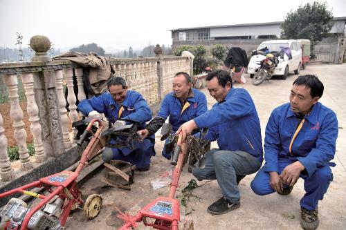中华村防控大队在为开沟施肥做准备。