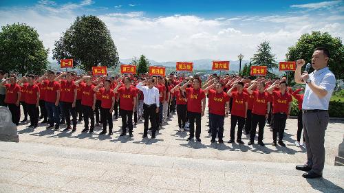 伍市镇党员干部在张震陵园重温入党誓词。