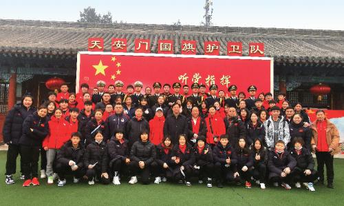 2021 年2 月13 日,国家柔道队全体人员来到了国旗护卫队驻地,开展党性锻炼。图为国家柔道队同国旗护卫队合影。