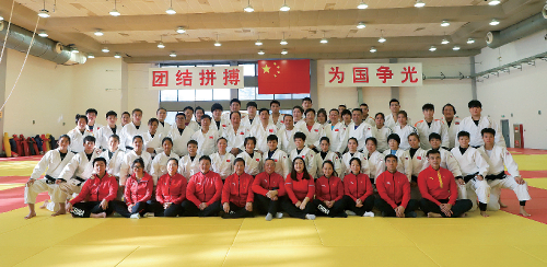 """国家柔道队备战奥运期间,2021 年春节拍摄的""""全家福""""。"""