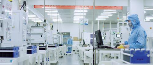 高效单晶PERC电池生产车间。