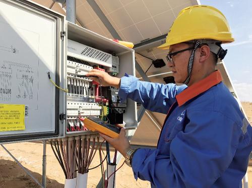 为保发高效单晶PERC电池生产车间。 电量,运行人员坚守在岗,汇流箱巡检作业。