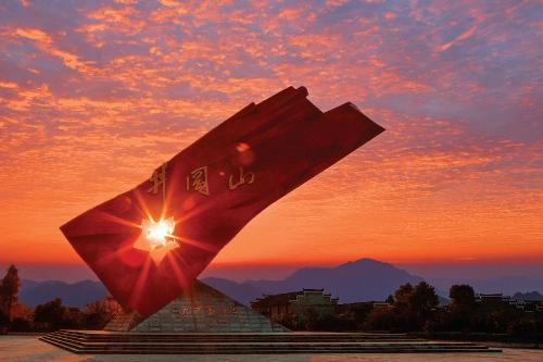 """""""井冈红旗""""大型雕塑。吉安市发展改革委 供图"""