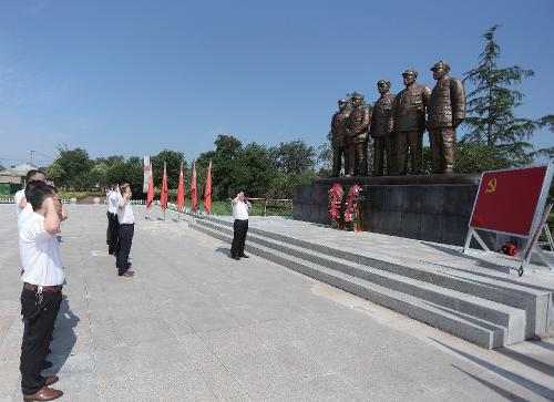 集团公司党员干部在蔡洼淮海战役总前委旧址五前委铜像前整齐列队,重温入党誓词。