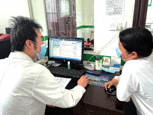 贾永医生使用智医助理系统为病人看诊。
