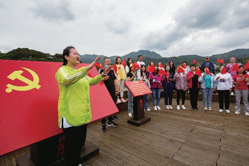 某高校基层党组织在古田会议旧址举行主题党日活动。中国经济导报记者苗露 摄