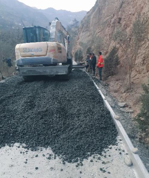 甘肅隴南武都區以工代賑工程道路施工。國家發展改革委振興司/供圖