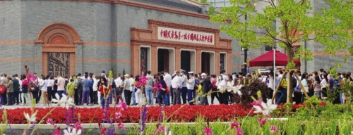 中国共产党第一次全国代表大会纪念馆前人流如织。邱爱荃/摄