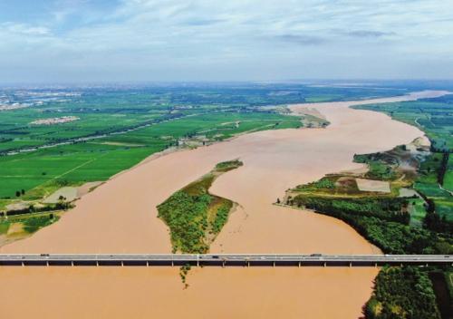 """黄河入海流    近日,中共中央、国务院印发《黄河流域生态保护和高质量发展规划纲要》。在加强黄河流域生态保护方面,《规划纲要》明确了""""一带五区多点""""的空间布局。图为在河南省洛阳市孟津县拍摄的二广高速吉利黄河大桥。新华社"""